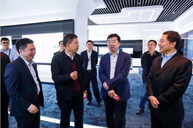 新华三集团副总裁孙德和与南京信息职业技术学院校长田敏一行在展厅交流